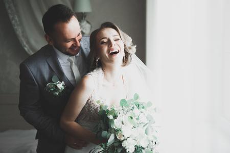 Lovely happy wedding couple, bride with long white dress Zdjęcie Seryjne