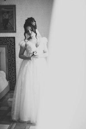 Beautiful fashion bride in wedding dress posing. Banco de Imagens