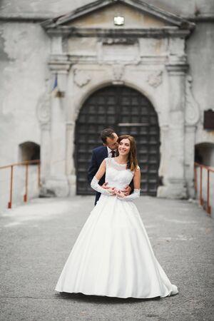Moment de mariage romantique, couple de jeunes mariés, portrait souriant, étreinte des mariés