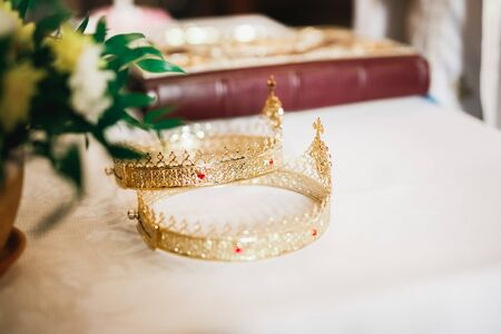 Golden crowns lying on the table in church Zdjęcie Seryjne