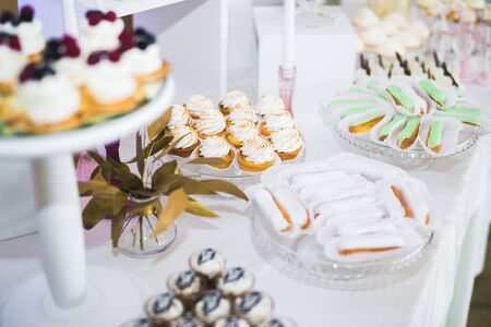 Delicious wedding reception candy bar dessert table. Imagens
