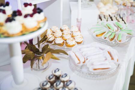Mesa de postres de barra de caramelo de recepción de boda deliciosa. Foto de archivo