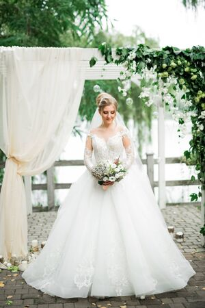 Luxury wedding bride, girl posing and smiling with bouquet Stock fotó