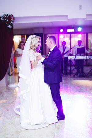 First wedding dance of newlywed couple in restaurant 免版税图像