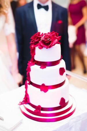Luxury decorated wedding cake on the table 免版税图像