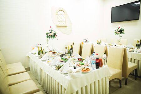 Interior of a restaurant prepared for wedding ceremony. 免版税图像