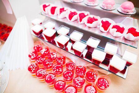 Delicious wedding reception candy bar dessert table. 免版税图像