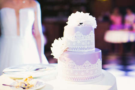 Luxury decorated wedding cake on the table 免版税图像