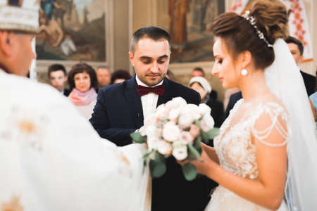 Bride and groom exchanging wedding rings. Stylish couple official ceremony Imagens