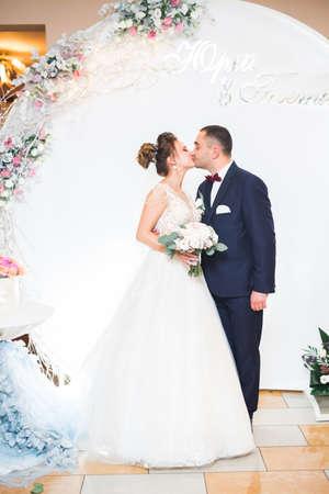 Lovely happy wedding couple, bride with long white dress Standard-Bild