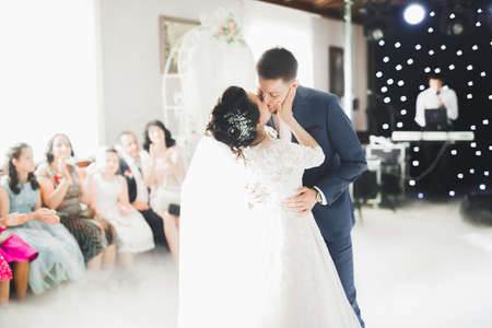 First wedding dance of newlywed couple in restaurant Banque d'images