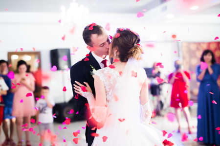 First wedding dance of newlywed couple in restaurant Standard-Bild
