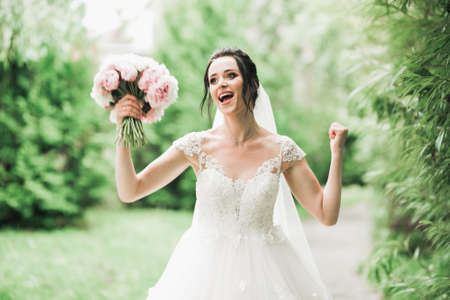 Luxury wedding bride, girl posing and smiling with bouquet Standard-Bild