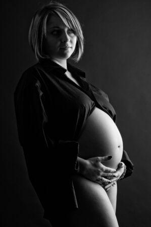 Pritty mujeres j�venes embarazadas en blanco y negro Foto de archivo - 4208157