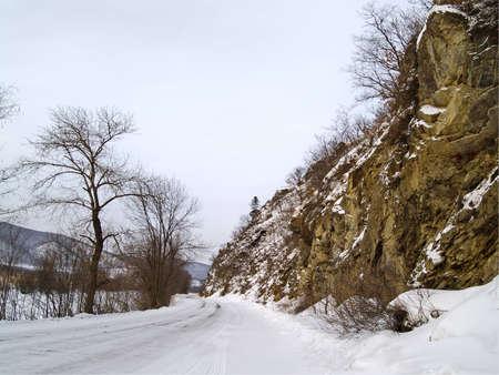 breakage: Paisaje de invierno con la carretera de rotura rocosa