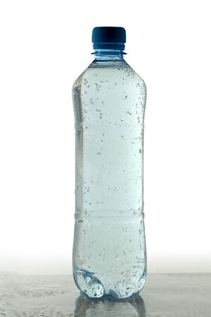 carbonation: Botella de pl�stico con gas de agua mineral Foto de archivo