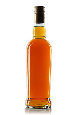 botella de licor: Botella con alcohol sobre un fondo blanco Foto de archivo