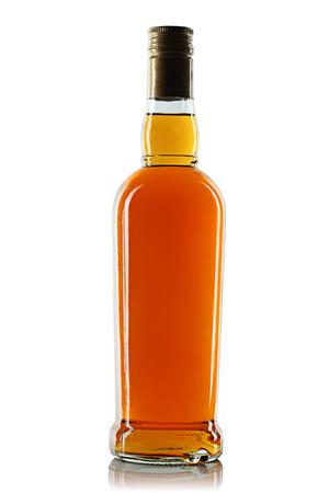 botella de whisky: Botella con alcohol sobre un fondo blanco Foto de archivo