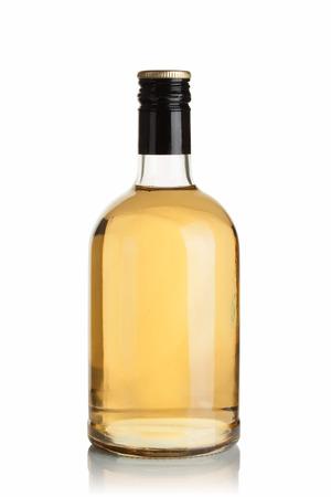 botella de whisky: botella con la bebida en el fondo blanco