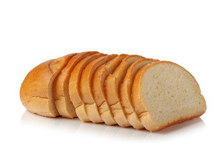 Pagnotta di pane fresco appetitoso affettato su sfondo bianco
