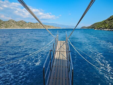 immagine fotografica di yacht a vela per resort nel mar mediterraneo nel bel mezzo della giornata
