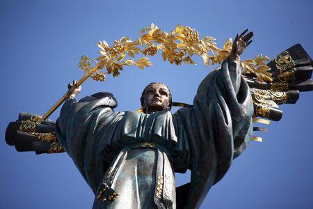 angel de la independencia: el Monumento a la Independencia en Kiev Foto de archivo