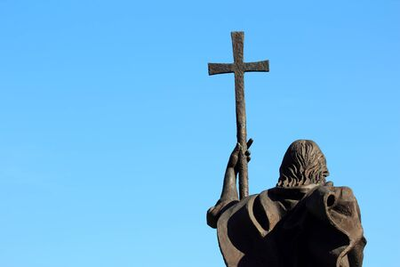 memorial cross: a monument of a man with a cross on sky background Foto de archivo