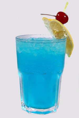 cocteles de frutas: el hielo bebida fría con la cereza y el limón
