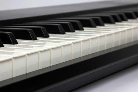 fortepian: klawisze fortepianu zbliżenie na białym tle