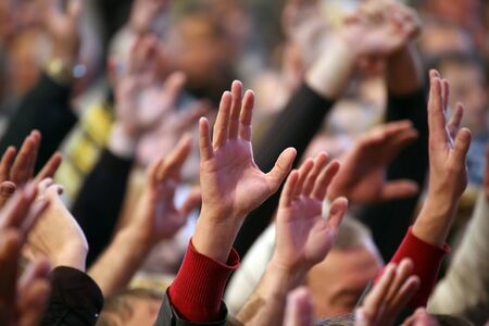 manos aplaudiendo: levantado a la mano del hombre en el evento Foto de archivo