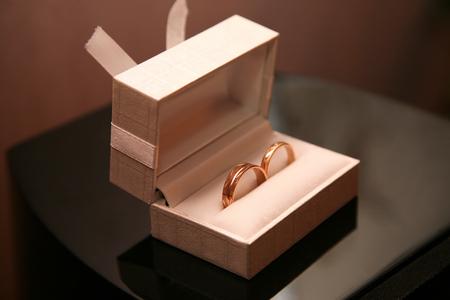 anillos de oro se encuentran en una caja Foto de archivo