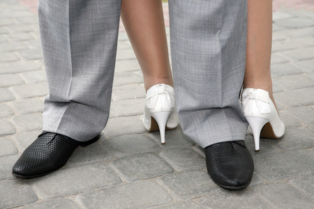 pies masculinos: mens and womens shoes dressed to the people