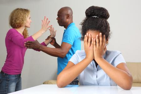 rodzice w konflikcie rodzinnym z powodu relacji z nastoletnią córką Zdjęcie Seryjne