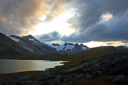 Juicy sunset on the background of Mountain lakes. Jotunheimen National Park. Norway 스톡 콘텐츠