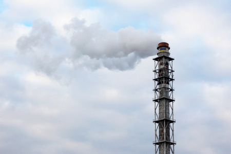 the smoke from the chimney of an industrial enterprise in the sky Stockfoto