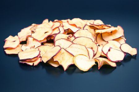 Dried Apple slices on dark background Banque d'images