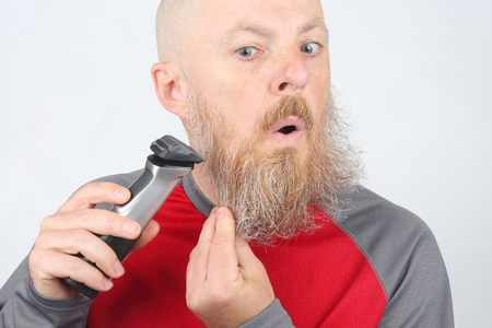 man trimmer corrects his beard