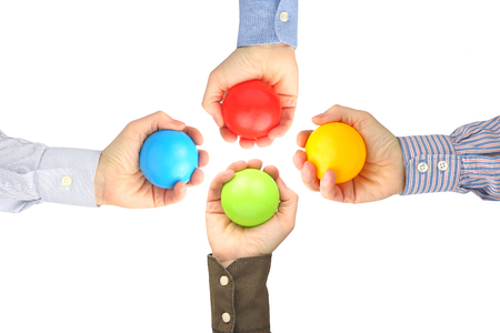 Les mains des hommes avec des boules en plastique colorées sur fond blanc