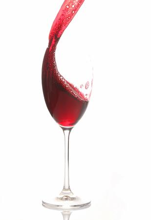 Rotwein aus einem Glas gegossen. alkoholisches Getränk