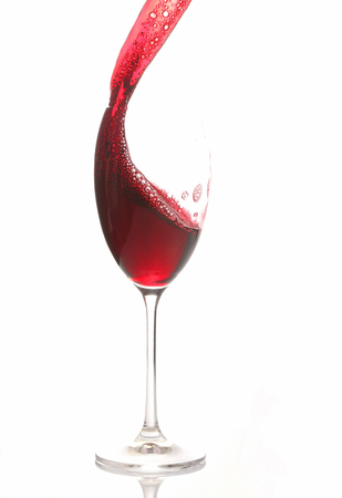 vino tinto vertido de un vaso. bebida alcohólica