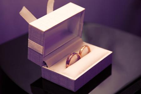 goldene Eheringe liegen in einer Schachtel. Liebe und Familienbeziehungen