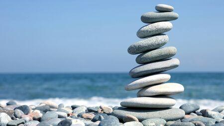 gefaltete Pyramide aus glatten Steinen am Meer. Ruhe und Erholung im Urlaub