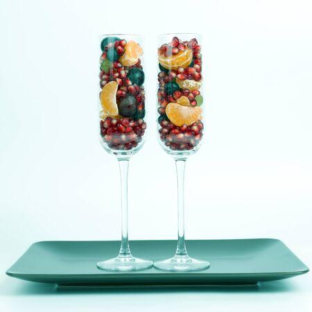 deux verres remplis de fruits sur fond clair. légumes et aliments frais et sains Banque d'images