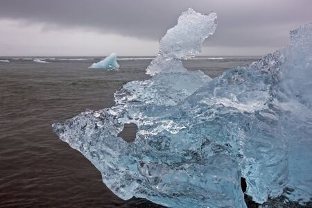 blue Ice on the shore of the ice lagoon in Iceland Foto de archivo - 129846374