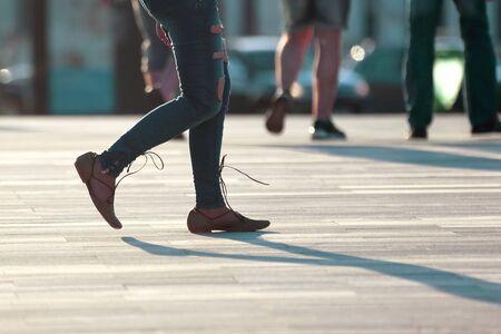 caminar, mujeres, piernas, en, luz de fondo, luz del sol