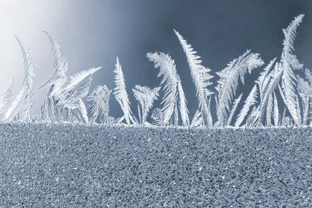 the unique ice patterns on window glass. natural textures and backgrounds 版權商用圖片