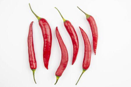 pimiento rojo picante sobre un fondo blanco. especias y comida vegetal Foto de archivo