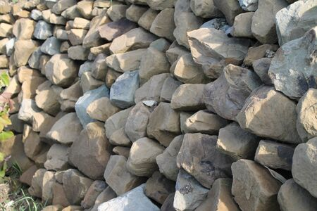 supporting wall, stones of different caliber,