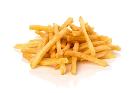 Pila de papas fritas sobre un fondo blanco. Foto de archivo