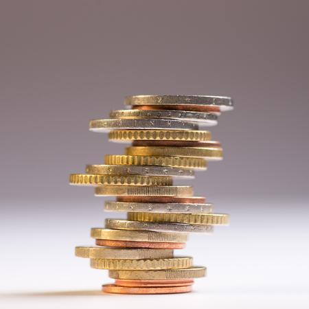 Monete in euro impilate l'una sull'altra in posizioni diverse. Copia spazio per il testo